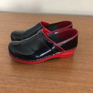 Sanita patent xenia clogs black and red